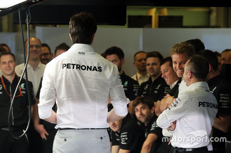 Toto Wolff, Mercedes AMG F1 accionista y Director Ejecutivo; Nico Rosberg, de Mercedes AMG F1; y Paddy Lowe, Mercedes AMG F1 Director Ejecutivo (técnico), en una reunión de equipo