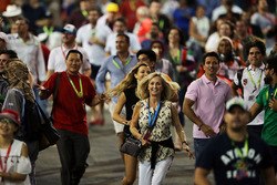 Fans kommen auf die Strecke nach dem Rennen