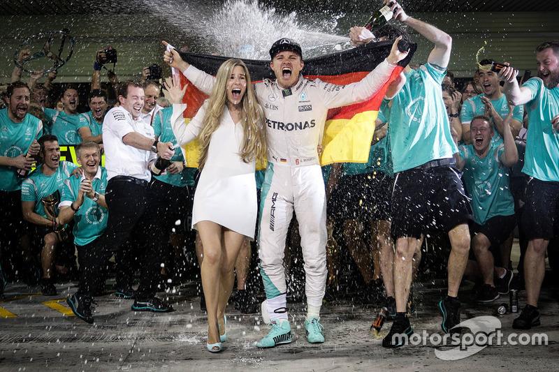 Ніко Росберг, Mercedes AMG F1 святкує здобутий титул Чемпіона світу разом із своєю жінкою Вівіан Росберг та командою
