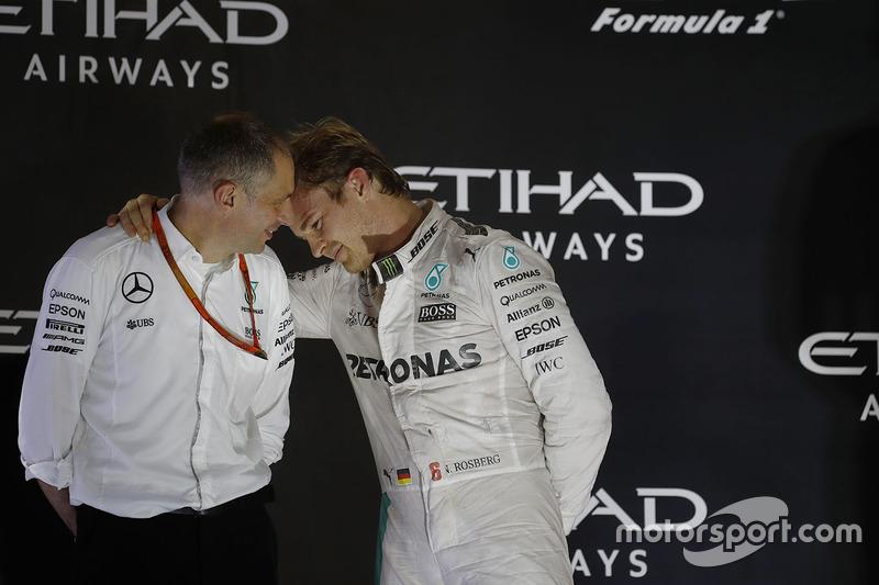 Podio: segundo lugar y nuevo campeón mundial Nico Rosberg, Mercedes AMG F1 con Tony Ross, ingeniero de carrera Mercedes AMG F1