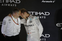 Podium: second place and new world champion Nico Rosberg, Mercedes AMG F1 with Tony Ross, race engineer Mercedes AMG F1