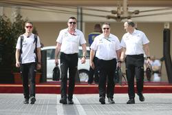 Stoffel Vandoorne, Eric Boullier, Zak Brown y Jonathan Neale, McLaren