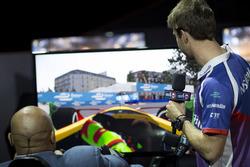 Antonio Felix da Costa, Amlin Andretti Formula E Team, zeigt der Basketball-Legende Shaquille O'Neal den richtigen Weg