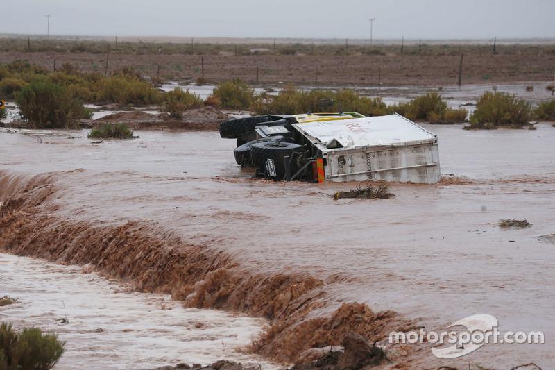 Вантажівка допомоги Boucou загрузла в річці перетинаючи допоміжну дорогу