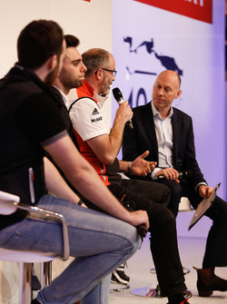Il coordinatore Porsche Cup James MacNaughton on the Autosport Stage con Dino Zamparelli e Tom Sharp