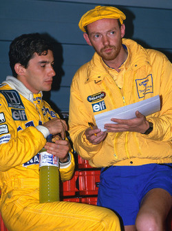 Ayrton Senna, Team Lotus, talks with race engineer Steve Hallam
