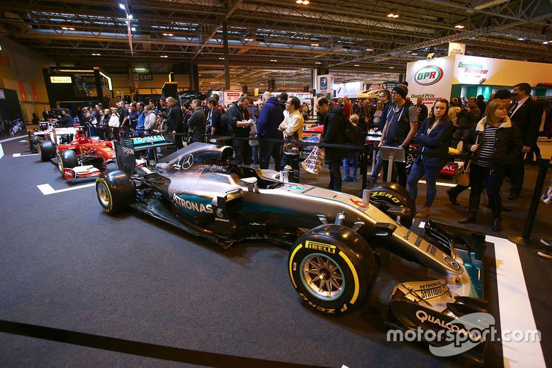 Les fans au stand F1 Racing