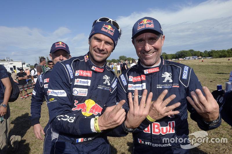 Stéphane Peterhansel y Cyril Despres, Peugeot Sport celebrando la victoria 13 de Stéphane en el evento