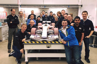 Model mobil wind tunnel Manor bersama para anggota tim.