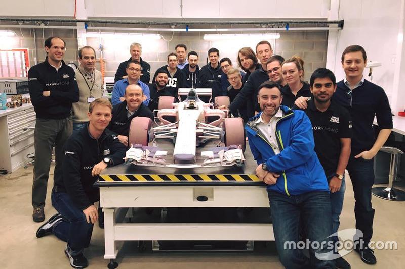 Coche de modelo de túnel de viento de Manor con el equipo