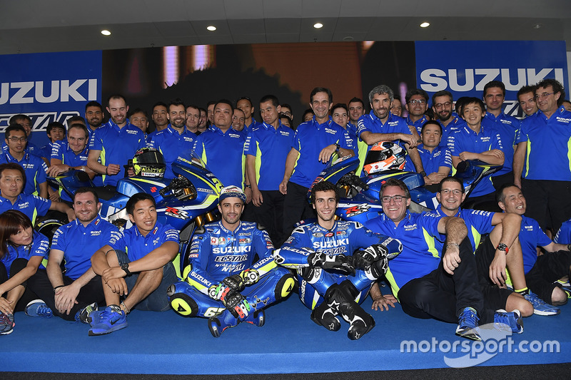 Andrea Iannone y Alex Rins con la Suzuki MotoGP y el equipo