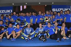 Andrea Iannone et Alex Rins avec la Suzuki MotoGP 2017 et l'équipe