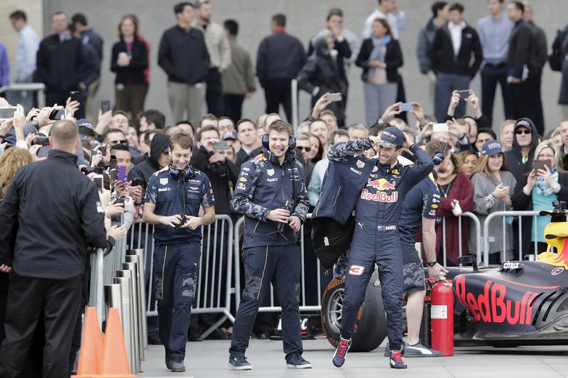 Ricciardo wordt na zijn demo toegejuicht