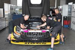 Miembros del equipo Mercedes AMG GT3 en el trabajo