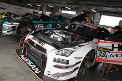 Teammitglieder von Nissan GT-R NISMO GT3 bei der Arbeit