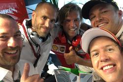 Selfie: Nico Rosberg mit Sebastian Vettel und Kollegen