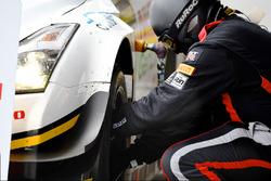Механік Nissan Motorsport за роботою
