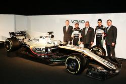 Andy Green, Sergio Perez, Vijay Mallya, Esteban Ocon und Otmar Szafnauer mit dem Force India VJM10