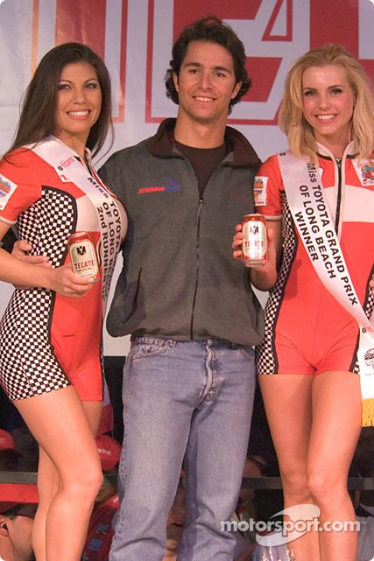 Bruno Junqueira et les jeunes femmes qui ont terminé première et troisième