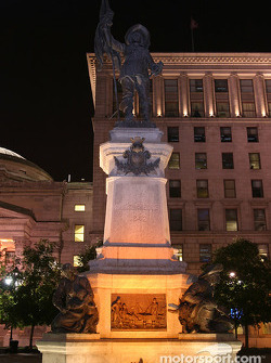 Montréal nightlights: statue of Maisonneuve, founder of Montréal in 1642