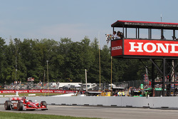 Scott Dixon, Target Chip Ganassi Racing takes the checkered flag