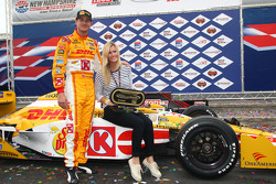 Podium: race winner Ryan Hunter-Reay, Andretti Autosport with wife Beccy