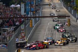 Start: Ryan Briscoe, Team Penske and Dario Franchitti, Target Chip Ganassi Racing battle