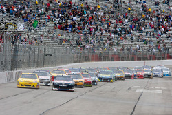 Start: Clint Bowyer, Richard Childress Racing Chevrolet and Kasey Kahne, Red Bull Racing Team Toyota lead the field