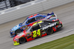 Jeff Gordon, Hendrick Motorsports Chevrolet and Bobby Labonte, JTG Daugherty Racing Toyota