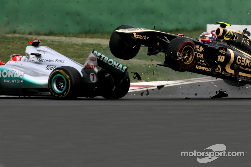 Michael Schumacher, Mercedes GP and Vitaly Petrov, Lotus Renalut F1 Team accident at turn 3