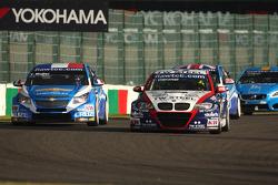 Yvan Muller, Chevrolet Cruz 1.6T, Chevrolet and Tom Coronel, BMW 320 TC, ROAL Motorsport