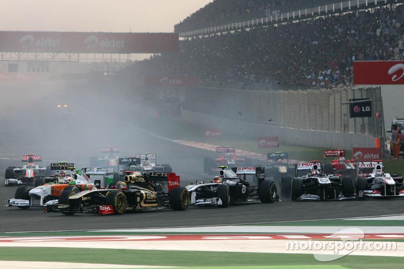 Start of the race, Rubens Barrichello, Williams F1 Team and Pastor Maldonado, Williams F1 Team