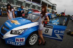 Alain Menu, Chevrolet Cruze 1.6T, Chevrolet and KW girls