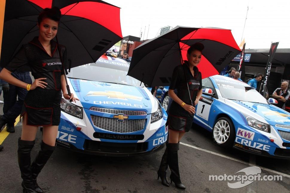 Robert Huff, Chevrolet Cruze 1.6T, Chevrolet and with Yokohama girls