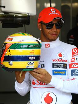 Льюіс Хемілтон (McLaren Mercedes) із шоломом Айртона Сенни