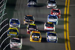 Kurt Busch, Phoenix Racing Chevrolet, Jeff Burton, Richard Childress Racing Chevrolet and David Ragan, Front Row Motorsports Ford lead a group of cars