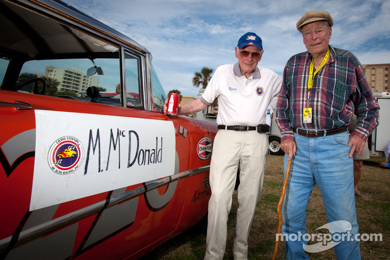 """Living legends of auto racing street parade"": Russ Truelove en oudste levende NASCAR rijder Mac McDonald"