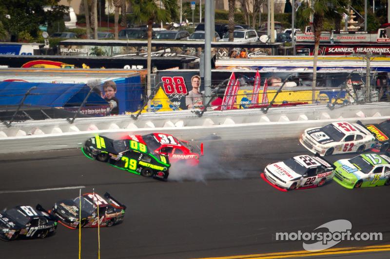 Justin Allgaier, Turner Motorsports Chevrolet en Kenny Wallace, RAB Racing Toyota crash