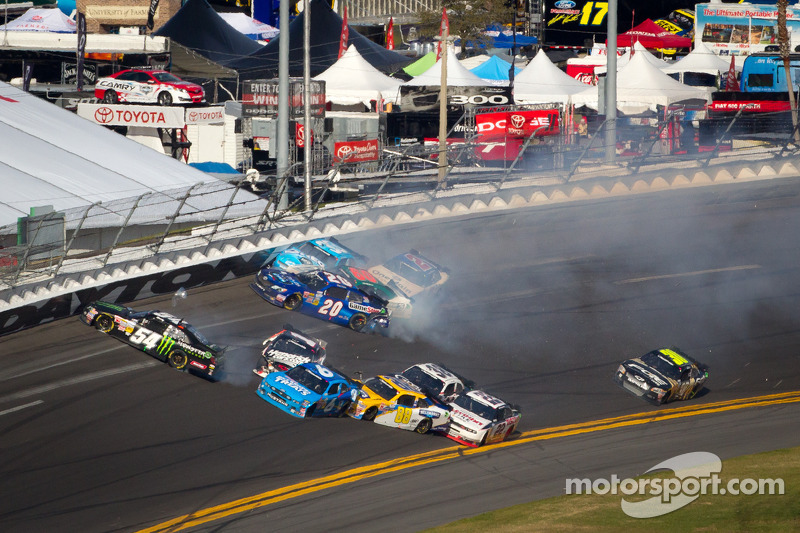 Joey Logano, Joe Gibbs Racing Toyota, Kurt Busch, Phoenix Racing Chevrolet, Trevor Bayne, Roush Fenway Ford, Tony Stewart, Richard Childress Racing Chevrolet, Elliott Sadler, Richard Childress Racing Chevrolet, Kyle Busch, Kyle Busch Motorsports Toyota crash