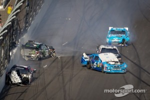 Kurt Busch, Phoenix Racing Chevrolet, Kyle Busch, Kyle Busch Motorsports Toyota and Ricky Stenhouse Jr., Roush Fenway Ford collide