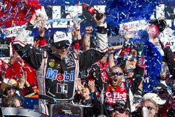 Victory lane: winner Tony Stewart, Stewart-Haas Racing Chevrolet