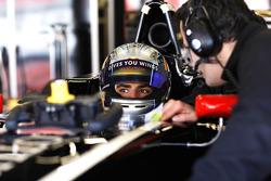 Carlos Sainz Jr, Lotus GP with an engineer