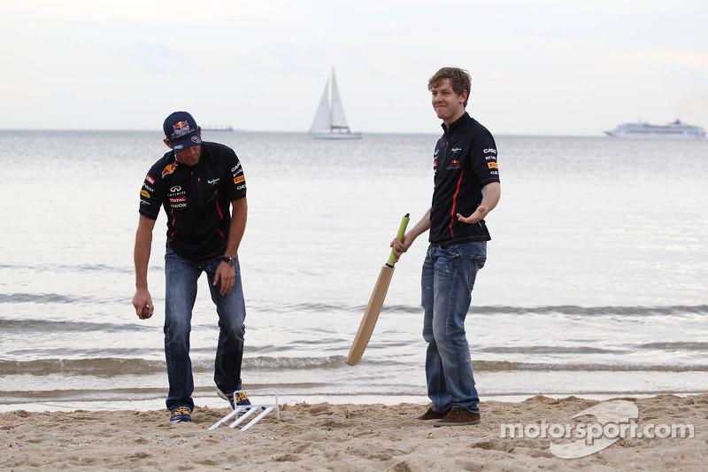 Sebastian Vettel, Red Bull Racing en Mark Webber, Red Bull Racing spelen cricket op het strand