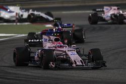 Esteban Ocon, Force India VJM10, Carlos Sainz Jr., Scuderia Toro Rosso STR12