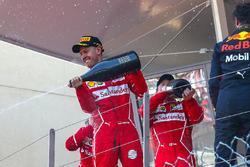 Ganador de la carrera Sebastian Vettel, Ferrari, Kimi Raikkonen, Ferrari y Daniel Ricciardo, Red Bull Racing