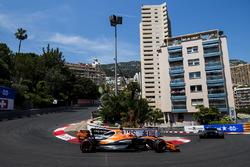 Jenson Button, McLaren MCL32 y Pascal Wehrlein, Sauber C36-Ferrari