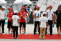 Michael Schumacher, Mercedes GP; Felipe Massa, Ferrari; Fernando Alonso, Ferrari; Lewis Hamilton, McLaren en Jenson Button, McLaren rijdersparade