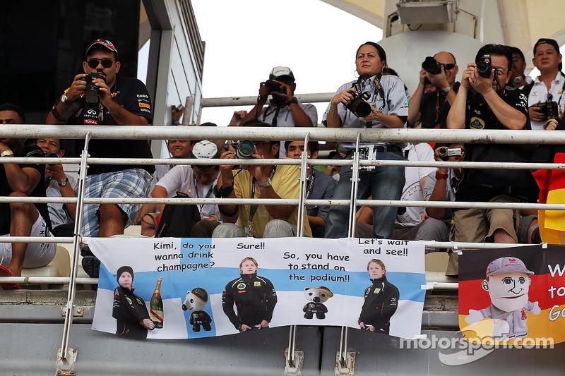 Fans en spandoek voor Kimi Raikkonen, Lotus F1 Team