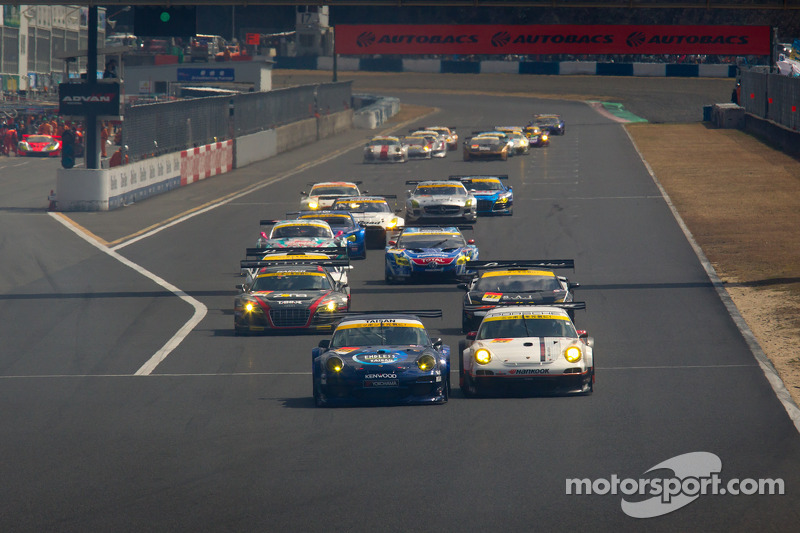 GT300 start: #911 Team Taisan Endless Porsche 997 GT3: Kyosuke Mineo, Naoki Yokomizo en #33 Hankook KTR Porsche 911 GT3 R: Masami Kageyama, Tomonobu Fujii battle