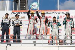 GT300 podium: class winners Tetsuya Tanaka and Katsuyuki Hiranaka, second place Kyosuke Mineo and Naoki Yokomizo, third place Nobuteru Taniguchi and Tatsuya Kataoka